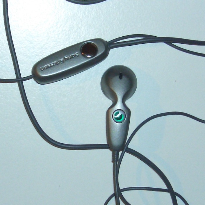 Sony Ericsson headset delivered with P910i, closed.jpg